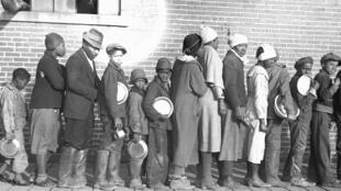 Des réfugiés attendent dans un camp temporaire pour les Afro-Américains, en février 1937, aux Etats-Unis.