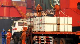 Ảnh minh họa: Công nhân làm việc ở Liên Vân Cảng, tỉnh Giang Tô, Trung Quốc.