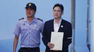 Người thừa kế Samsung, Lee Jae-yong, lúc rời tòa án sau phán quyết ngày 25/08/2017.
