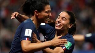Футболистки сборной Франции Валери Говен и Амель Мажри радуются победе. Матч Франции и Норвегии.
