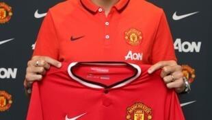 Ángel Di María con su nueva camiseta roja.