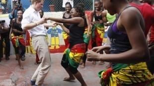 O príncipe Harry dança em centro comunitário em Kingston, na Jamaica, em viagem oficial como representante da Rainha Elizabeth II.
