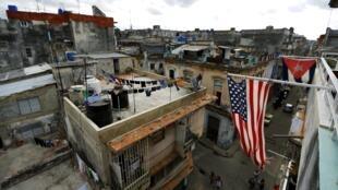 Bandeira dos Estados Unidos é vista nas ruas de Havana.