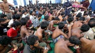 Imigrantes foram socorridos nas proximidades do litoral da Malásia e da Indonésia nesta segunda-feira (11).