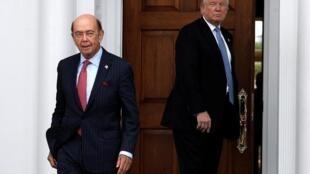 W.Ross (trái) trước khi được tổng thống Trump bổ nhiệm làm bộ trưởng Thương Mại. Ảnh ngày 20/11/2016.