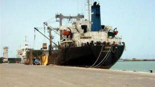 Vue du port de Cotonou, au Bénin. Les voitures d'occasion peuvent arriver par cette entrée.