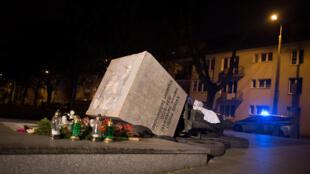 Цветы и свечи у постамента памятника Генрику Янковскому