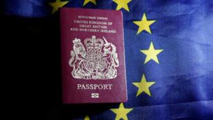 Un passeport britannique sur un drapeau européen (photo d'illustration)
