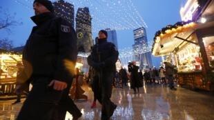 Polícia alemã patrulha feira de Natal na Alemanha