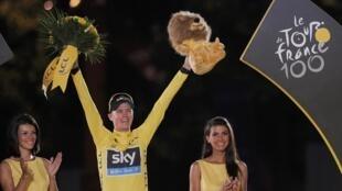El británico Christopher Froome conmemora su victoria en esta edición número 100 del Tour de Francia este 21 de julio en París