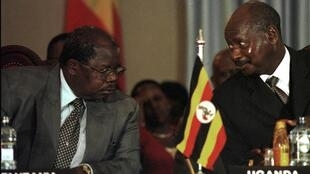 Mkapa (L) and Museveni (R) speak during Burundi peace talks in Nairobi, September 2000.
