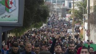 دانشجویان در الجزایر به حضور دوباره بوتفلیقه در انتخابات ریاستجمهوری معترض هستند.