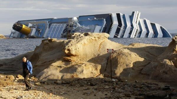 O navio Costa Concordia é visto em foto desta quarta-feira encalhado na costa italiana.