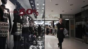 Hy Lạp : hàng giảm giá đế 50 % mà vẫn không có người mua.