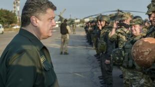 Le président ukrainien Porochenko passe en revue ses troupes, à Marioupol, le 8 septembre.