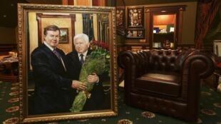 В доме экс-генпрокурора Виктора Пшонки портрет хозяина дома с Виктором Януковичем 24/02/2014 (архив)