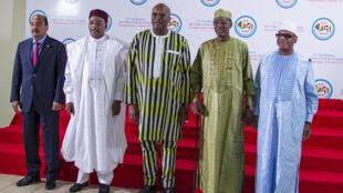 La photo de famille des chefs de l'État du G5 Sahel, les présidents mauritanien, nigérien, burkinabè, tchadien et malien, à Ouagadougou, le 5 février 2019.