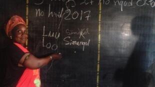 Une femme sérère apprend à écrire sa langue dans le cadre d'un cours d'alphabétisation pour adultes.
