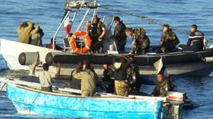 French soldiers arrest Somali pirates in the Gulf of Aden
