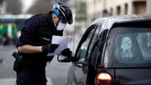 در برخی محلات پاریس، پلیس کنترل رفت و آمد را آغاز کرد