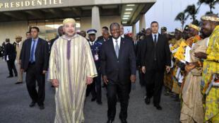 Le roi du Maroc, Mohammed VI, a été reçu le 30 mai 2015 par le président de la Côte d'Ivoire, Alassane Ouattara, à son arrivée à l'aéroport Félix Houphouët-Boigny à Abidjan.