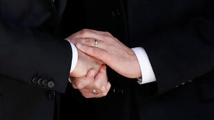 奥朗德与继任者5月10日在参加废除奴隶制度纪念日上握手