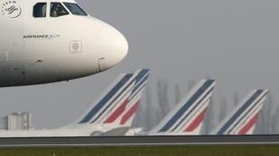 Segundo dia de greve convocada pelos sindicatos de controladores aéreos da França.