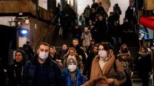 Família utiliza máscara no metrô de Moscou, em 7 de fevereiro de 2020.