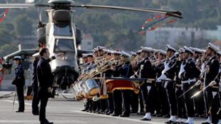Французский президент Эмманюэль Макрон перед военными в Тулоне. 19 января 2018