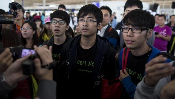 香港學生領袖11月15日欲北上遭遇沒收回鄉證,中間站立着為周永康。