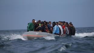 Des migrants en provenance du Maroc traversent le détroit de Gibraltar vers Tarifa en Espagne, en juillet 2018.