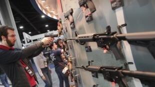 Tiroteio em escola da Flórida relança debate sobre controle de armas nos EUA.