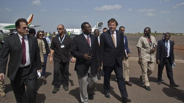 Bert Koenders, UN special envoy for Mali, is greeted by Mali's foreign affairs General Secretary Sekouba Cisse at Bamako airport, 4 June, 2013