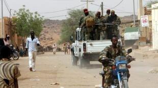 Patrouille de l'armée malienne dans les rues de Kidal en 2006.