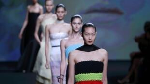 Desfile  da coleção da Maison Dior, desenhada pelo estilista belga Raf Simons, apresentada em Paris neste 1° de julho de 2013.