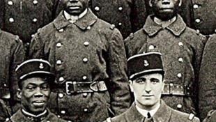 Le sous-lieutenant Paul Baudenon et les soldats du 16e Régiment de tirailleurs sénégalais.
