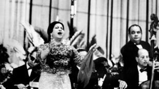 Photo non datée de la chanteuse Oum Kalthoum en concert au Caire.