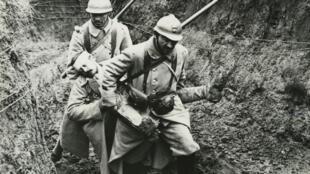 Blessé secouru aux Éparges sur le champ de bataille. Collection du Mémorial de Verdun.