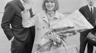 Serge Gainsbourg and France Gall, March 21, 1965 in Orly, the day after their success at the Eurovision song contest.