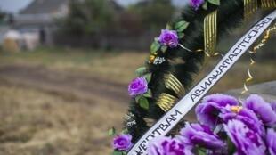 Vòng hoa tưởng niệm các nạn nhân chuyến bay MH17 gần địa điểm máy bay rơi ở làng Grabovo, Donetsk ngày 09/09/2014.