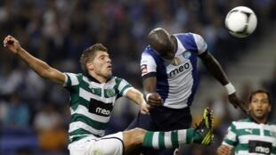 Disputa pela bola entre dois jogadores do Sporting e do Porto