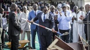 Le président Macky Sall pose la première pierre du futur stade du Sénégal, le 20 février 2020.
