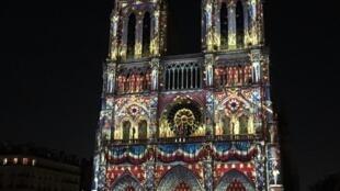 Buổi trình diễn âm thanh ánh sáng Dame de Coeur tại Nhà Thờ Đức Bà Paris (Notre-Dame de Paris) ngày 23/10/2018.