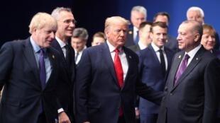Thượng đỉnh NATO ngày 04/12/2019 tại Watford, ngoại ô bắc Luân Đôn, Anh Quốc. Từ trái sang phải: thủ tướng Anh Boris Johnson, tổng thư ký NATO Jens Stoltenberg, TT Mỹ Donald Trump (G), TT Pháp Emmanuel Macron và TT Thổ Nhĩ Kỳ Recep Erdogan.
