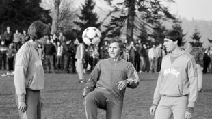 Michel Hidalgo fait admirer sa technique sous les yeux de ses joueurs Daniel Bravo (g) et Manuel Amoros, le 21 février 1982 à Jouy-en-Josas, près de Paris