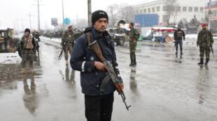 Forças de segurança afegãs fazem vigilância nas proximidades do lugar de um atentado terrorista em Cabul, em 11 de fevereiro.