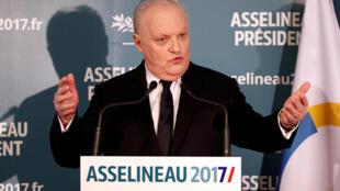 C'est à l'écart des plateaux télés que François Asselineau, 59 ans, fait campagne.