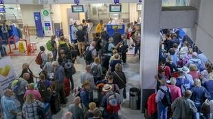 Les files d'attente s'allongent face au comptoir Thomas Cook à l'aéroport d'Héraklion (Crète), ce 23 septembre 2019.
