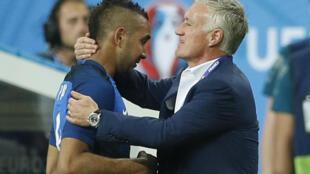 Didier Deschamps felicita a Dimitri Payet durante el partido Francia-Rumanía, el pasado 10 de junio.