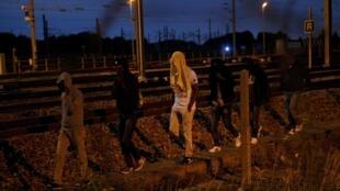Dubban 'Yan ci rani ne ke kokarin bi ta mashigin Calais daga Faransa domin shiga Birtaniya